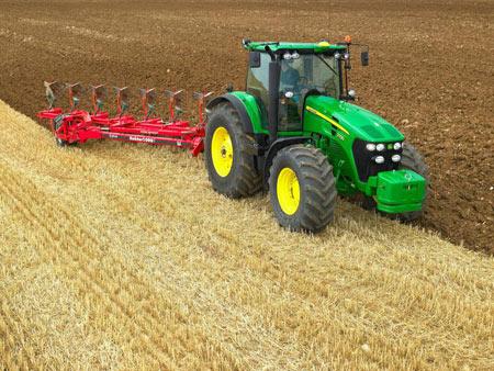 Вспашку земли трактором