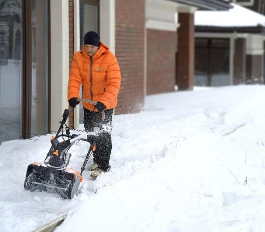 Что лучше – электрический или бензиновый снегоуборщик