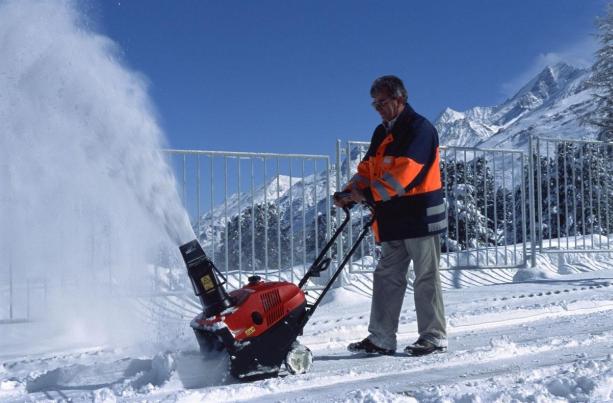 Плюсы и минусы несамоходных снегоочистителей
