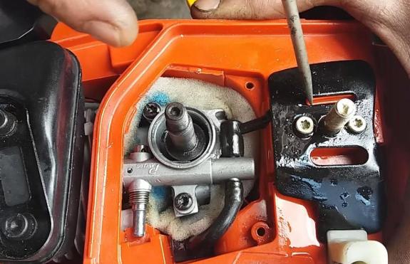 Почему на бензопиле не смазывается цепь